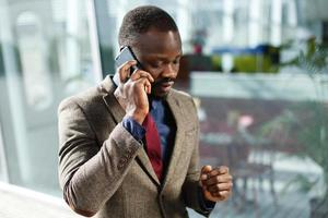 uomo d'affari, parlando al telefono foto