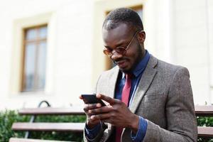 uomo d'affari lavora sul suo smartphone foto