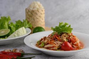 insalata di papaya tailandese con appiccicoso, lime e peperoncino foto