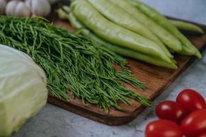 cha-om, peperoni dolci e aglio