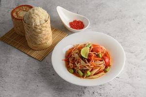 insalata di papaya tailandese con ingredienti foto