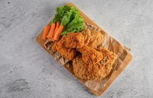 pollo fritto croccante su un tagliere foto