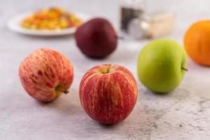 mele sul bancone della cucina foto