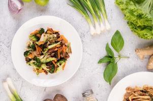 broccoli, carote e funghi saltati in padella con carne di maiale