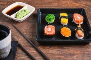 primo piano di rotoli di sushi foto