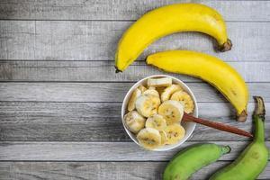 vista dall'alto di banane a fette e intere