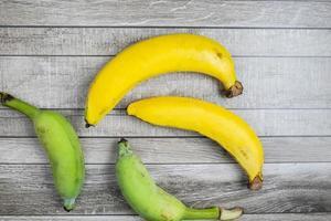 primo piano delle banane gialle e verdi foto