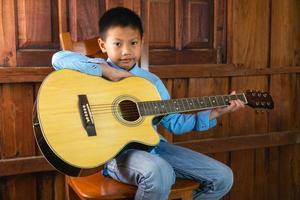ragazzo che suona una chitarra foto