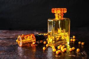 bottiglia gialla di profumo foto