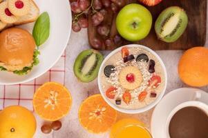 coppa da dessert con mele, kiwi, arancia e uva foto