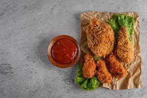 pollo fritto croccante su carta marrone foto