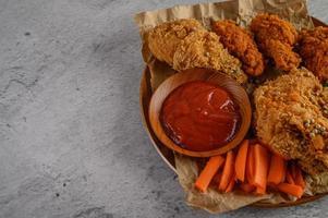 pollo fritto croccante con salsa foto
