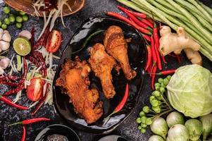 pezzi di pollo fritto con verdure foto