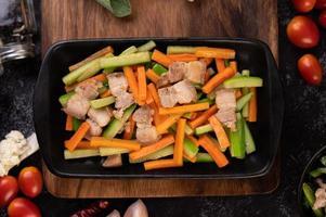 soffriggere le verdure con la pancetta di maiale