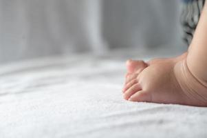 primo piano dei piedi del bambino foto
