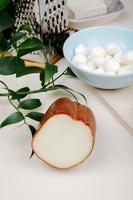 formaggio affumicato su un tavolo con grattugia e una ciotola di mozzarella