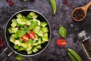 cetrioli con pomodori in padella