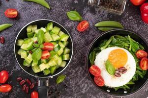 cetrioli con pomodori e uova in una padella antiaderente