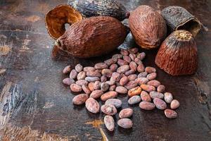 fave di cacao su uno sfondo di legno foto