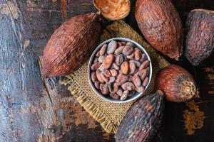 vista dall'alto di fave di cacao in una ciotola su un tavolo foto
