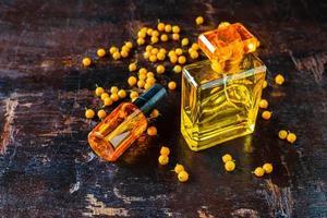 bottiglia di profumo giallo su un tavolo foto