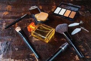 cosmetici e bottiglie di profumo su un tavolo