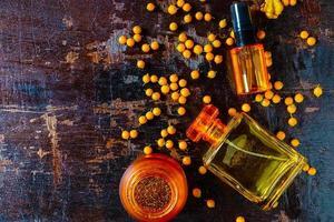vista dall'alto di bottiglie di profumo giallo foto