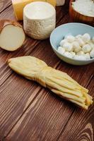 diversi tipi di formaggio su un tavolo