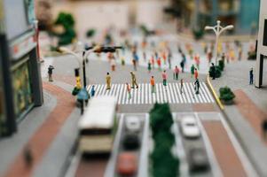 le piccole persone camminano per molte strade