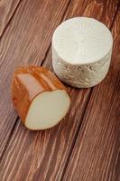 primo piano di formaggio affumicato e di capra