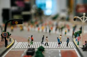 piccole persone in tilt shift per strada