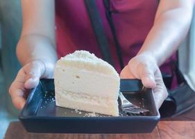 persona che tiene un piatto di torta foto