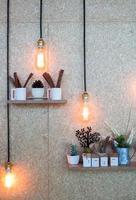 illuminazione vintage su un muro grigio