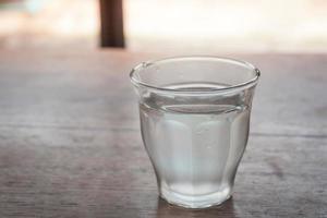acqua in un bicchiere su un tavolo foto