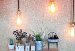 luci vintage appese a un soffitto