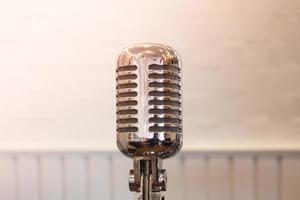 primo piano di un microfono in metallo