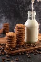 biscotti con chicchi di caffè e latte foto
