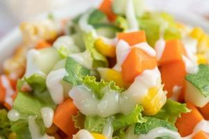 insalata di cetrioli, mais, carote e lattuga foto