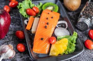 filetto di salmone crudo con pepe, kiwi, ananas e rosmarino foto