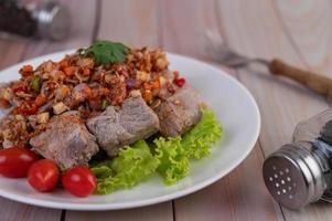 carne di maiale piccante tritata con pomodori