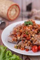 carne di maiale piccante tritata con pomodori foto