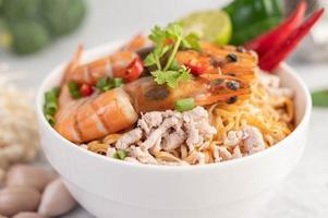 noodles istantanei saltati in padella con gamberetti e maiale