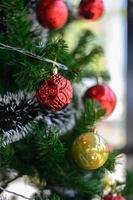 primo piano di un ornamento albero di Natale rosso