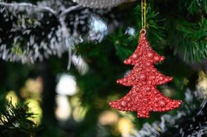 Close-up di decorazioni per alberi di Natale foto
