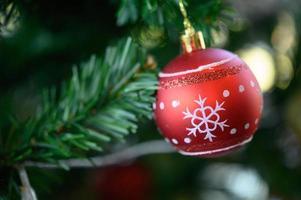 primo piano di un ornamento albero di Natale rosso foto
