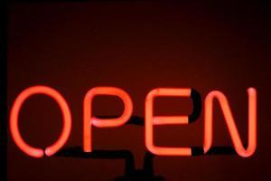 insegna al neon rossa aperta