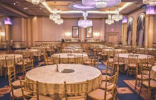 oakland, ca, 2020 - tavola da pranzo formale in una sala da ballo foto
