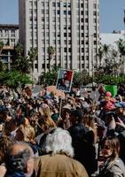 los angeles, ca, 2020 - gruppo di persone in piedi vicino agli edifici della città