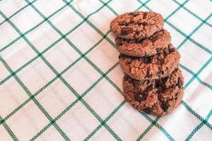 biscotti al cioccolato su uno sfondo di stoffa foto