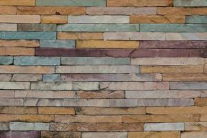 muro di mattoni colorati